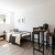Apartment-Bett-Tisch-Fenster