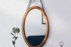Stilleben mit goldenem Spiegel