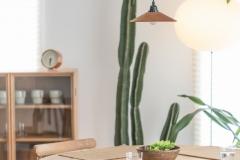 Essplatz am Fenster mit Kaktus