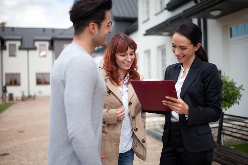 Immobilienbesichtigung mit Maklerin und Käufern