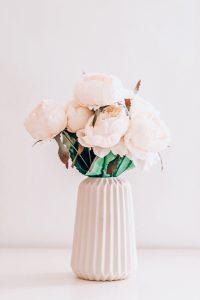 Rosa Blumen in der Vase auf den Tisch