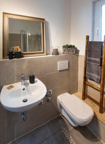 WC einer Ferienwohnung in Weinheim, eingerichtet von CreaDeco