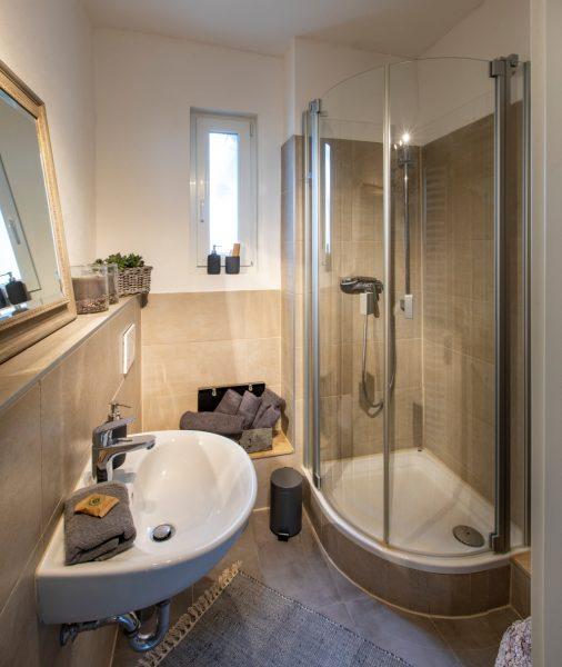 Dusche einer Ferienwohnung in Weinheim, eingerichtet von CreaDeco