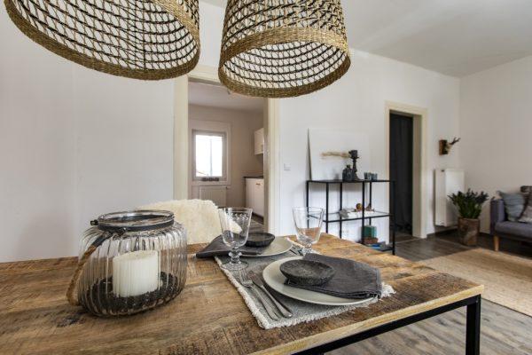 Blick über den Esstisch. Ferienwohnung in Weinheim, eingerichtet von CreaDeco