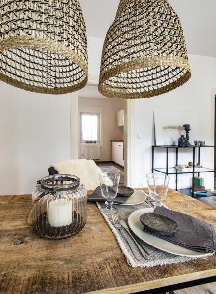 gedeckter Esstisch einer Ferienwohnung in Weinheim, eingerichtet von CreaDeco