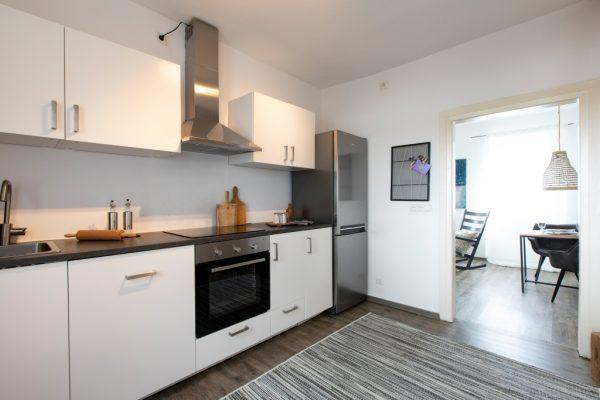 Einbauküche einer Ferienwohnung in Weinheim, eingerichtet von CreaDeco