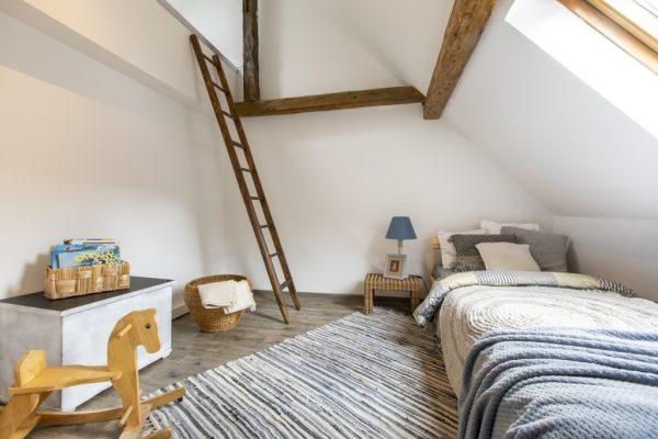 Kinderzimmer mit offenem Giebel einer Ferienwohnung in Weinheim, eingerichtet von CreaDeco