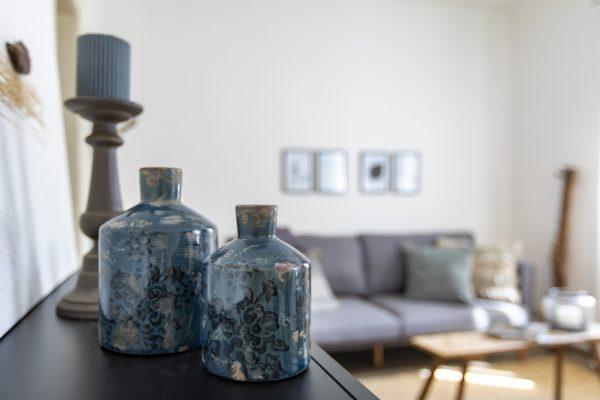 Blick aufs Sofa einer Ferienwohnung in Weinheim, eingerichtet von CreaDeco