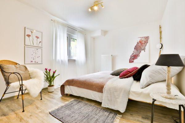 Schlafzimmer einer Ferienwohnung in Weinheim, eingerichtet von CreaDeco
