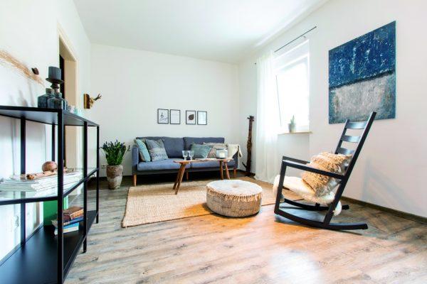 Wohnzimmer einer Ferienwohnung in Weinheim, eingerichtet von CreaDeco
