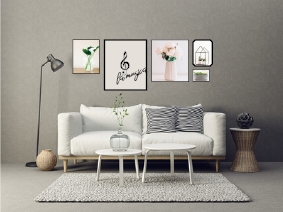 Bilderwand mit gemeinsamer Oberkante über dem Sofa in einheitlicher Farbgebung