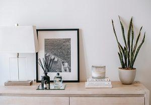 Kommode mit Deko Bild Pflanze Leuchte