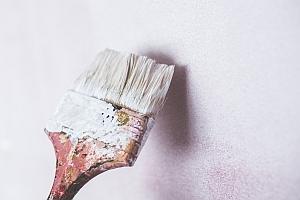 pinsel wand streichen weiße farbe