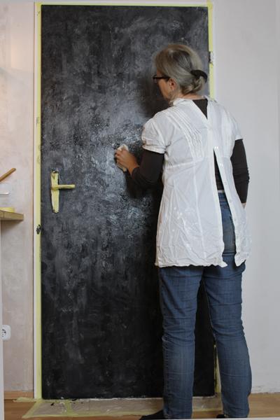 Zimmertür schwarz streichen