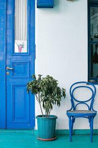 Mit farbe streichen tür und stuhl